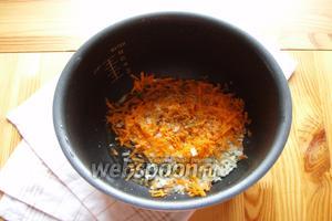 Чашу мультиварки смазываем растительным маслом. Трём на тёрке морковь, режем мелко лук и отправляем в чашу, высыпаем специи, соль, сахар, закрываем и обжариваем 5 минут на режиме «жарка».