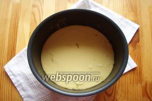 Как только наша капуста приготовится, то открываем крышку и выливаем туда наше тесто. Закрываем мультиварку и выпекаем наш пирог 40-45 минут на режиме «выпечка».