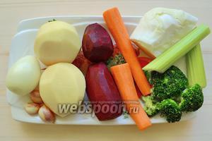 Приготовим овощи: всё, что нужно помыть и очистить — картофель, свёкла, морковь, сельдерей, лук, чеснок. Замороженные овощи фасоль, брокколи выкладываем из пакетов на тарелки.