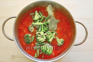 Выкладываем фасоль, брокколи, лавровый лист в кастрюлю к почти уже сварившимся овощам и теперь можно посолить. Соль усилит вкусовую прелесть этого супчика.