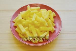 Нарезаем картофель ровными брусочками.