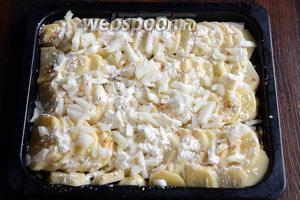 Посыпаем лук и картофель равномерно мукой.