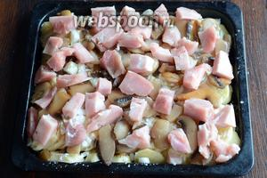 Кладём нарезанное куриное филе.