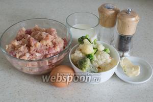 Возьмите все необходимые ингредиенты — куриный и свиной фарш, лук, цветную капусту и брокколи, сливки, яйца и специи.