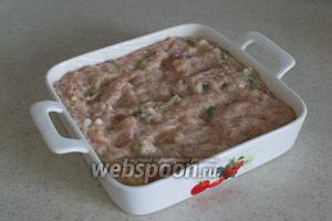 Форму для запекания смажьте сливочным маслом, и выложите фарш. Поверх массы можно ещё разложить кусочки сливочного масла.