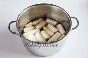Почищенную спаржу режем на куски, которые удобно будет разместить в кастрюле, и заливаем водой так, чтобы спаржа была полностью покрыта. Варим в общей сложности 20 минут с момента закипания на слабом или среднем огне (как привыкли варить картошку).