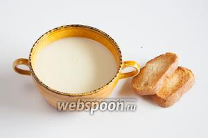 Мне кажется, нежные вкус и консистенцию пюре из белой спаржи хорошо оттеняют тосты или гренки из пшеничного хлеба.
