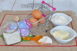 Приготовим мягкое масло, сахар, яйца, муку, майонез, ванилин, разрыхлитель, шоколад и орешки.