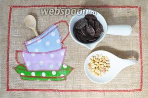 Для оформления приготовим шоколад и орехи.