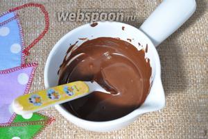 Растопим шоколад в микроволновой печи или на паровой бане.