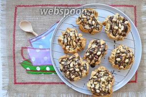 С помощью обычной ложки польём шоколад на печенье и посыпаем орешками. Печенье готово. Из указанной нормы продуктов выходит 12 крупных печений.