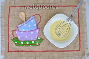 Желтки перемешаем с сахаром.