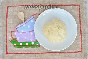 Заведём мягкое тесто. Песочное тесто нельзя долго вымешивать, собрали тесто в комок и готово.