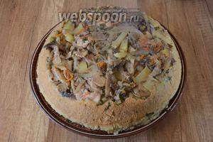 Ставим тарелку дном вверх на форму и осторожно переворачиваем. Поливаем готовое блюдо соком из пиалы и подаём к столу. Приятного аппетита!