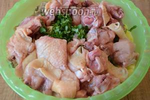 Курицу (у меня уже была порезана средними кусочками) добавить к овощам.