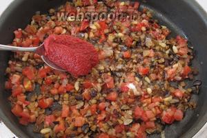 Положим ложку томатной пасты.