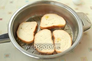 Сковороду разогреть, влить подсолнечное масло. Намазанные ломтики батона выкладывать начинкой вниз и жарить до румяной корочки картофеля.