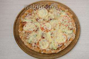 Готовую пиццу подаём незамедлительно в горячем виде.
