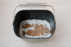 Процесс замеса теста я доверила хлебопечке. В моей хлебопечи сначала необходимо закладывать сухие ингредиенты, поэтому в первую очередь в ведёрко высыпаем сухие дрожжи, пшеничную, а затем ржаную муку, соль, сахар и какао порошок.