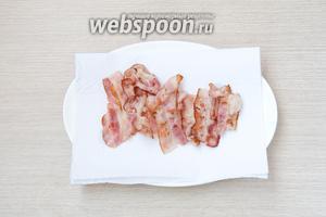 Тонко порезанную грудинку обжарить на сухой сковороде, а затем выложить на бумажное полотенце, чтобы избавить грудинку от лишнего жирка.