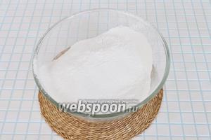 Просеять сахарную пудру через сито.