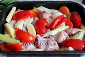 Между кусками курицы разложить овощи.