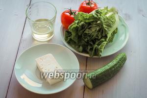Для салата нам понадобится козий сыр, огурец, помидоры, зелёный салат, оливковое масло.