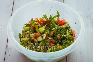 В небольшой чаше смешиваем все ингредиенты, добавляем оливковое масло и аккуратно перемешиваем. Можно подавать к столу. Приятного аппетита!