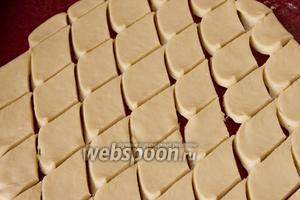 Раскатайте тесто в пласт толщиной 1 см, нарежьте ромбами. Ширина каждой «ленты» при нарезании около 4 см.