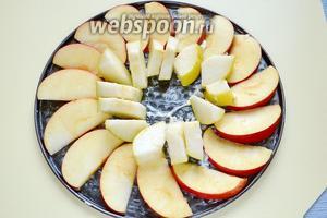 Выкладываем на дно формы порезанные дольками яблоко и грушу. Можно использовать любые фрукты, ягоды.