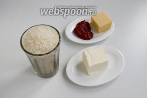Подготовьте рис, томатную пасту, сливочное масло, твёрдый сыр.
