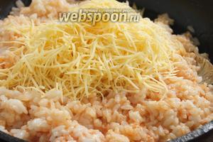 Добавьте на сковородку отварной рис, перемешайте, положите натёртый сыр, ещё раз перемешайте.