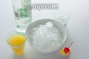 По рекомендациям Интернациональной ассоциации барменов, коктейль Пина колада готовят из 30 мл белого рома, 30 мл коксового молока, 90 мл ананасового сока, а украшают кусочком ананаса с коктейльной вишенкой. Ещё там скромно сказано, что, нужен дроблёный лёд. Так вот, в этом льде и заключается самое интересное! IBA предлагает сервировать Пина коладу в стаканах харрикен, объём которых 400 мл и больше!!! Вы представляете, сколько в такой стаканчик идёт льда?! Я теперь представляю: чтобы заполнить имеющийся у меня харрикен, потребовалось 350 грамм! И, заметьте, на такое количество льда — 30 мл рома крепостью ниже 40%! Слушайте, да это же почти безалкогольный коктейль!!! Его можно пить в любую жару, долго и со вкусом, и не свалиться с тепловым ударом и алкогольным опьянением под первую же попавшуюся пальму!