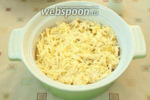 Картофель смешать с прованскими травами, солью, мускатным орехом и перцем. Выложить в форму для запекания и залить яично-сырной смесью.