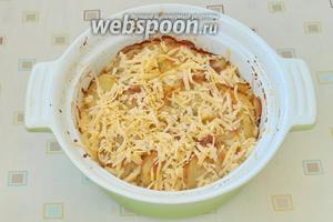 Духовку разогреть до 200°С и запекать картофель 45-50 минут. Спустя 40 минут от начала запекания, картофель проверить, если готов, то посыпать сверху оставшимся сыром.