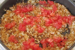 Когда мы закончили обжаривать рис, выложим на сковороду кусочки помидора. Перемешивать не надо.