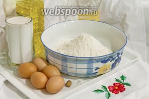 Процедим свежее козье молоко и просеем муку, прежде чем заводить блины.