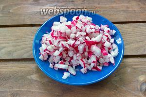 Редис нарезаем мелким кубиком. Редис режем очень мелко. На мой взгляд такой редис приятнее кушать в готовом блюде. Окрошку некоторые не любят из-за крупных кусков редиса.