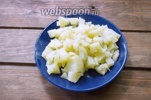 Отварной картофель очистить от шкурки и нарезать кубиком.