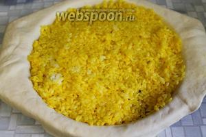 Выложить слой риса, добавить жира из казана (или топлёного масла, у меня оно было лишним, и так жирновато), с 0,5 стакана воды или бульона.