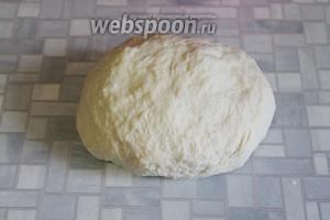 Замесить тесто, чтобы отставало от рук. Поместить его в целлофановый пакет и отправить в холодильник, пока займёмся подготовкой составных частей плова.