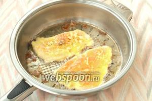В сковороде разогреть подсолнечное масло, выложить в него отбивные и обжарить до румяной корочки.