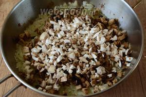 Когда лук обжарится, выкладываем грибы. Хорошо перемешиваем, добавляем соль и чёрный молотый перец. В процессе жарки из грибов будет выделяться сок. Готовить начинку необходимо пока весь сок не испарится.