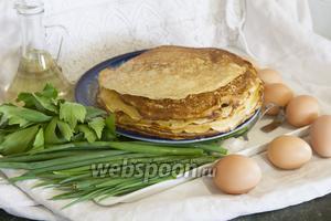 Блины на гусиных яйцах у нас уже испечены. Вы можете использовать любой проверенный рецепт несладких блинов. Поэтому быстренько сделаем начинку из отварных яиц и нашинкованной зелени.