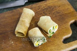 Разрезаем каждый блин с фаршем из зелёного лука и яиц  пополам.