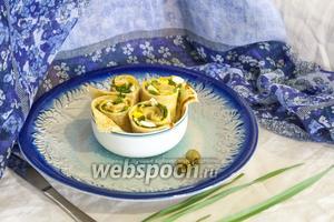Подаём на каждую порцию по 4 кусочка. Подгарнировать такие блины с начинкой можно оливками, свежим салатом, укропом и любой другой зеленью, по вкусу. Приятных гастрономических впечатлений!