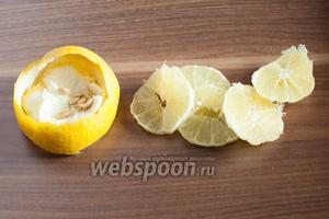 Что можно сделать с лимоном для Холодной утки? Можно снять цедру толстой спиралью и ароматизировать коктейль ею. Можно взять только верхний жёлтый слой цедры без белого — тогда вкус будет не на столько жёсткий, лимонный, но не кислый. Можно выдавить из лимона сок. Можно просто порезать его на тонкие шайбочки. Я снимаю цедру (и использую для чего-нибудь другого), а лимон режу на кусочки — считается, что именно так выглядел старый рецепт.