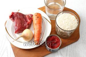 Для приготовления нам понадобятся вода, рис, мясо, масло растительное, лук репчатый, приправа к мясу, морковь и соль.