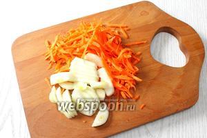 Морковь трём на крупной тёрке, лук нарезаем полукольцами.