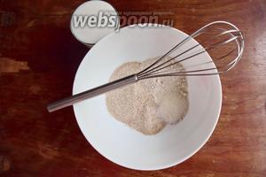 Смешаем в подходящей посуде все сухие ингредиенты, смешаем их венчиком.